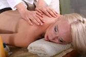Masaje relajante de espalda — Foto de Stock