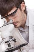 Chercheur à la recherche au microscope — Photo