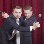twee komieken met microfoons — Stockfoto