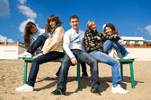 Grupp av leende tonåriga vänner — Stockfoto