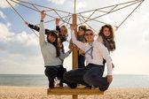 Tonåriga vänner sällskap på stranden — Stockfoto