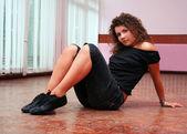 Jovem adolescente descansando no chão — Fotografia Stock