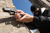 Criminale armato mirare con una pistola — Foto Stock