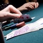 comprobación de sus tarjetas de jugador de Poker — Foto de Stock