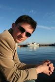 在码头的黑发年轻人 — 图库照片