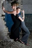 Attraktiven mädchen in kleidern posieren in den slums — Stockfoto