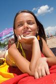ビーチで日光浴の小さな女の子 — ストック写真