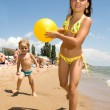 Two young kids having fun at the beach — Stock Photo
