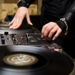 Female rnb deejay playing turntables — Stock Photo