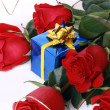 Red roses and gift — Stock Photo