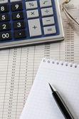Calculadora, bloc de notas y bolígrafo — Foto de Stock