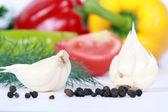 Verse jonge knoflook tegen plantaardige — Stockfoto