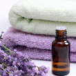 Aromatherapy oil and lavender — 图库照片