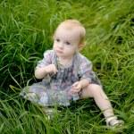 małe dziecko na łące w trawie — Zdjęcie stockowe #3120218