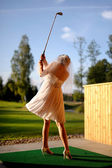 Bride playing golf — Stock Photo