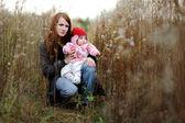 若い母親と赤ちゃんの牧草地で — ストック写真