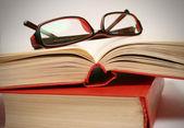 Książki i okulary. — Zdjęcie stockowe