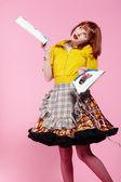 Kobieta z żelaza, magazyn i telefon — Zdjęcie stockowe