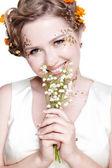 Meisje met mei lily bloemen — Stockfoto