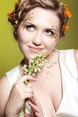 Dívka s květy lilie, květen — Stock fotografie
