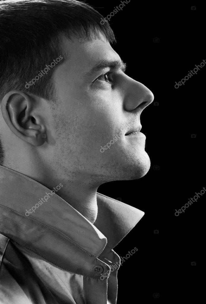帅哥穿上绿灰色衬衫构成的把侧面头像肖像