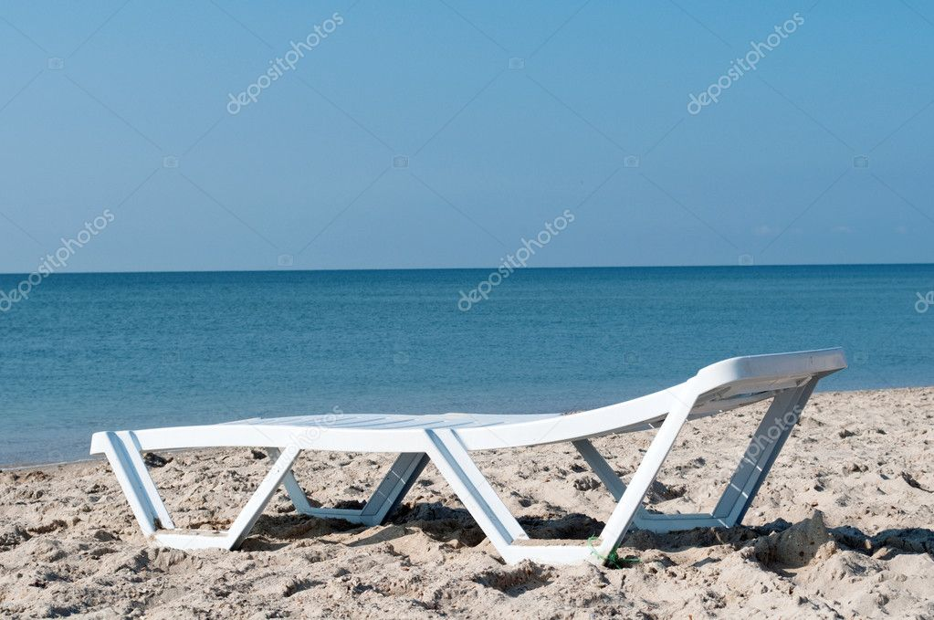 лежак у моря фото