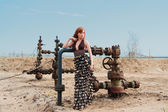 Las mujeres y del pozo de petróleo — Foto de Stock
