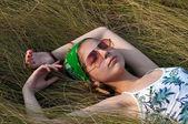 Giovane donna sull'erba — Foto Stock