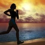 femme qui court sur une plage — Photo