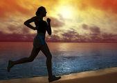 Mujer que corre en la playa — Foto de Stock