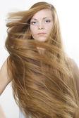 όμορφη ξανθιά με μεγάλη μακριά μαλλιά — Φωτογραφία Αρχείου