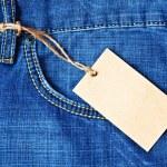 bolsillo de los pantalones vaqueros con etiqueta en blanco — Foto de Stock