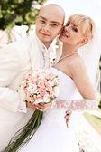 счастливая молодая пара невесты и жениха — Стоковое фото