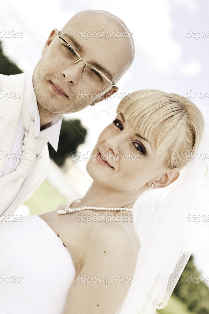 Happy young couple of bride and groom in park  — Stock Photo #3549986