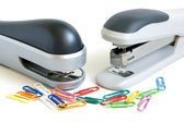 Staplers and multicolored paper clips — ストック写真