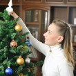 Decorating christmas tree — Foto Stock