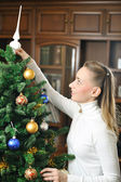 Decorating christmas tree — Stock fotografie