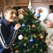 Decorating christmas tree — 图库照片