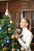 Decorating christmas tree — Stockfoto