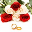 Roses and wedding rings isolated — Stock Photo