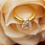bague à diamants entre les pétales de rose — Photo