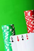 Casino-chips und karten gegen grün — Stockfoto