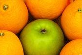 Onderscheiden van de menigte met apple — Stockfoto