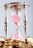 «песочные часы» и монеты — Стоковое фото