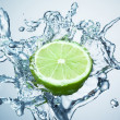 Lime in spray of water. — Foto de Stock
