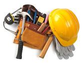 Casque jaune et différents outils isolés — Photo