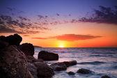 Beau coucher de soleil sur plage tropicale. — Photo