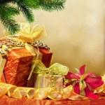 Christmas tree and gift — Stock Photo