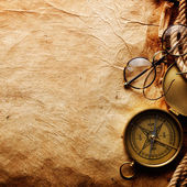 Kompas, touw en glazen — Stockfoto
