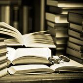 Livre ouvert, posé sur l'étagère — Photo